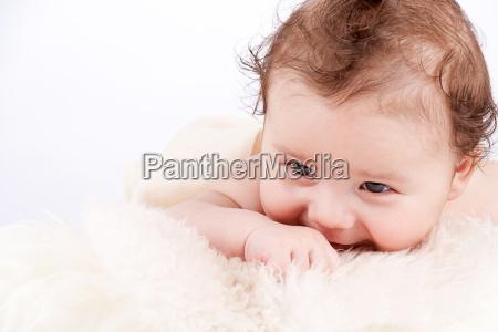 kleines suesses baby portrait kleinkind neugeboren