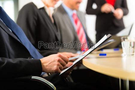 business geschaeftsleute meeting und praesentation
