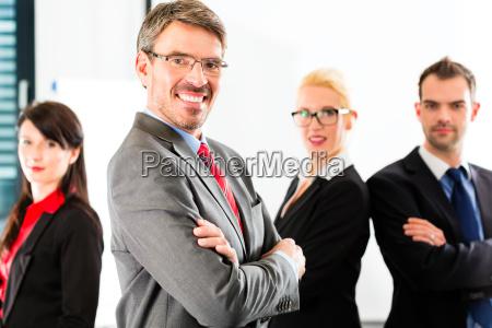 business eine gruppe von geschaeftsleuten