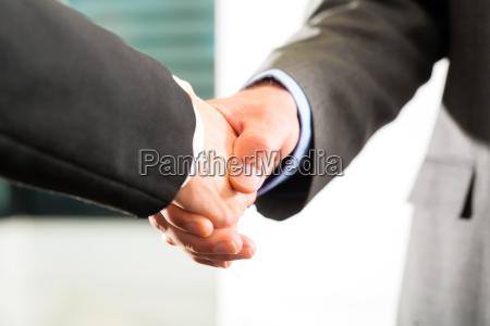handschlag im geschaeft