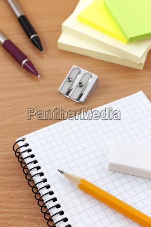 schreibgeraete auf dem schreibtisch