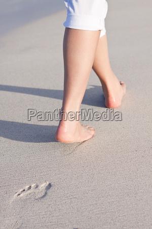 barfuss spazieren im sand am strand