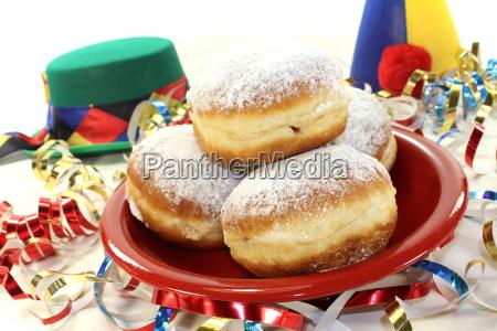 pfannekuchen mit luftschlangen und karnevalshueten