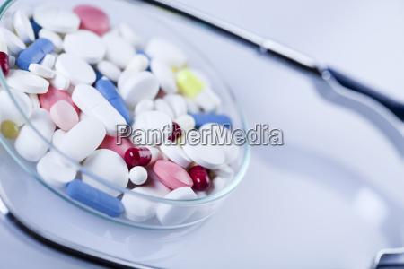 tabletten arzneimittel und stethoskop