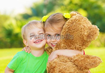 zwei kleine kind umarmt