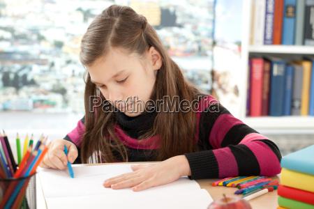 maedchen malt ein bild