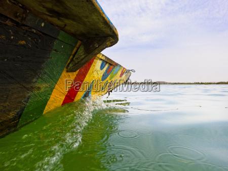 traditionelles fischerboot auf dem niger