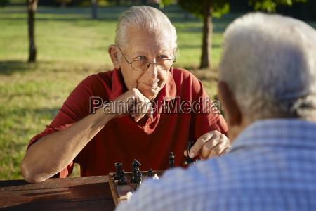 aktive senioren zwei aeltere maenner spielen