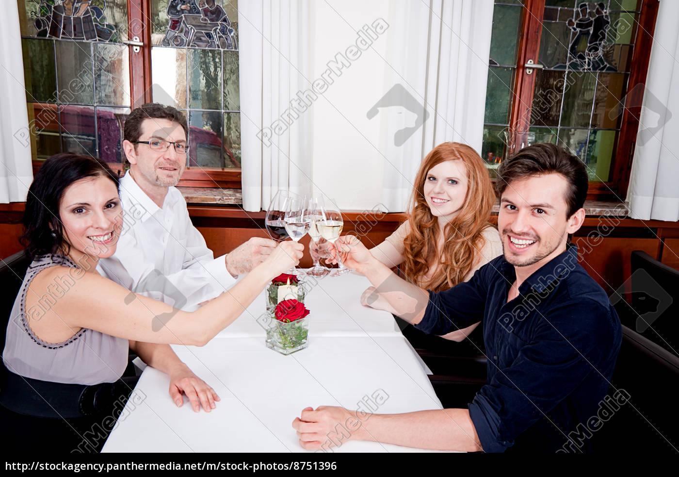 gemischte, gruppe, menschen, lachend, im, restaurant - 8751396