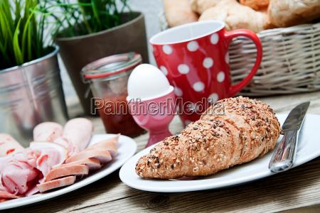 frisches fruehstueck mit croissant tee und