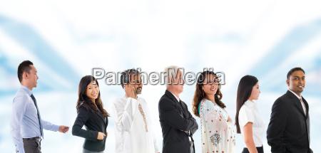 gruppe von multikulturelle asiatischen menschen gesaeumt