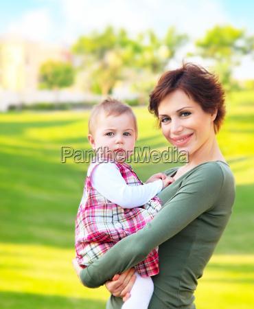 mutter und baby maedchen outdoor portraet