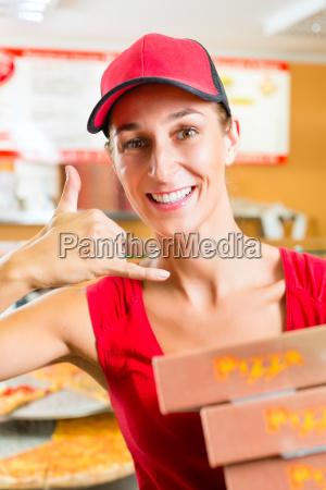 lieferservice frau mit pizzaschachteln