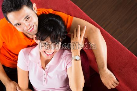 asiatisches paar zu hause auf der