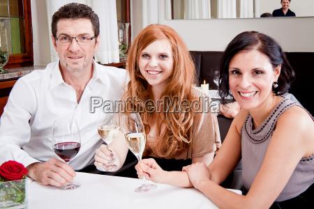 gemischte, gruppe, menschen, lachend, im, restaurant - 8777540