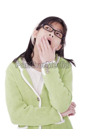 maedchen in gruenem pullover und glaeser