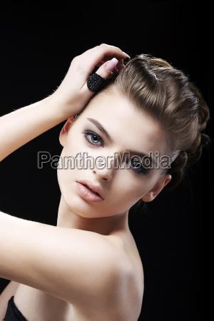 attraktivitaet weiblichkeit erstaunliche braune haar maedchen