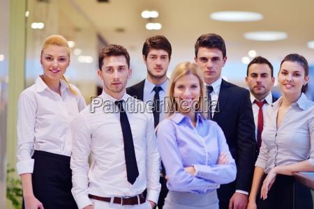 geschaeftsfrau mit ihren mitarbeitern im hintergrund