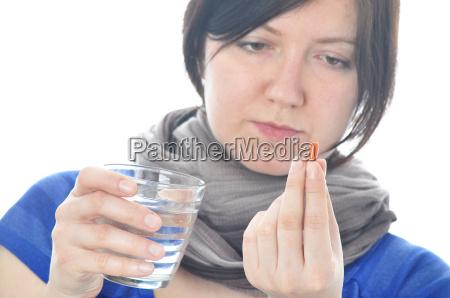 frau mit pille isoliert