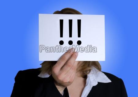 donna con banner con punti esclamativi