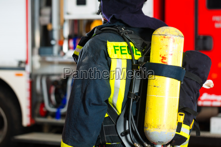feuerwehrmann steht in uniform vor einer
