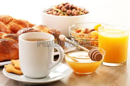 fruehstueck mit kaffee brot honig orangensaft