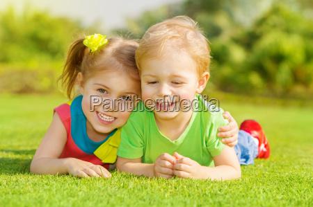 glueckliche kinder im park
