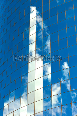 fassade der wolkenkratzer mit reflexion des