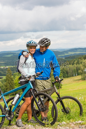 junge radfahrer mit mountainbikes im sommerwochenende