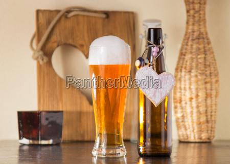 gekuehltes goldene bier in ein glas