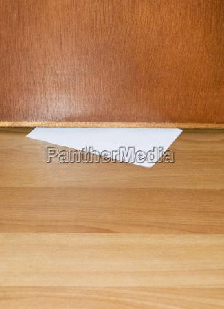 papier rutschte unter holztuer