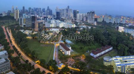 singapur skyline mit central expressway bei
