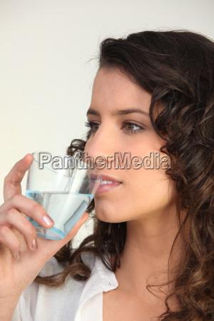 brunette drikkevand