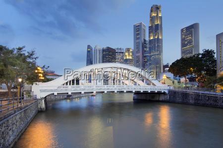 singapur skyline by elgin bridge along