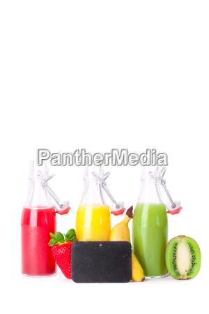 frischer saft in glasflaschen