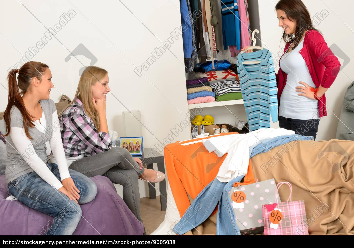 junges, mädchen, zeigt, hemd, freunde, nach - 9005038