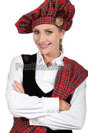 frau im traditionellen schottischen outfit