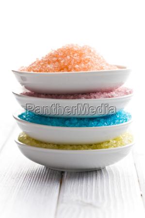 verschiedene farben von badesalz