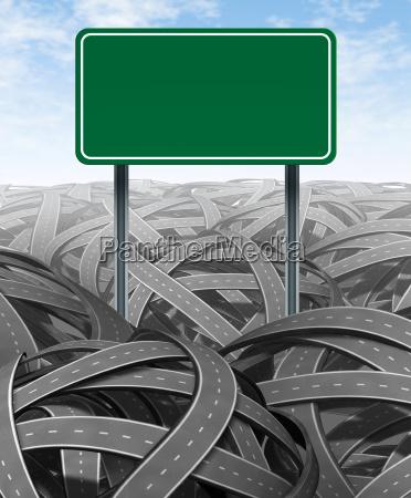 herausforderungen und hindernisse mit leerem landstrassenzeichen