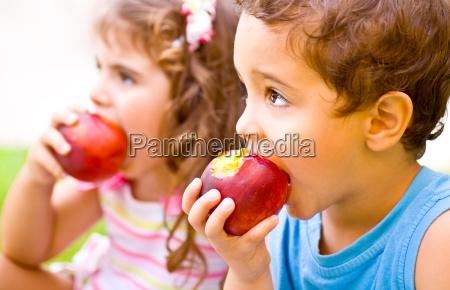 glueckliche kinder apfel essen