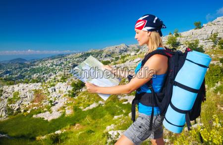 nettes maedchen in den bergen suchen