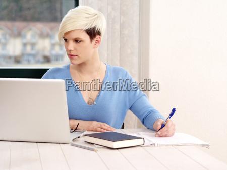 huebsche frau arbeitet am laptop