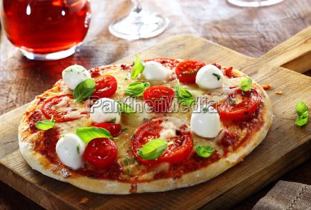 koestliche hausgemachte italienische pizza