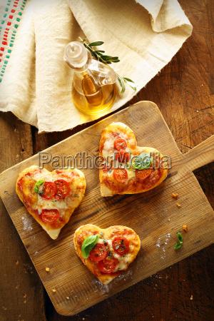 niedliche herzfoermige mini pizzen