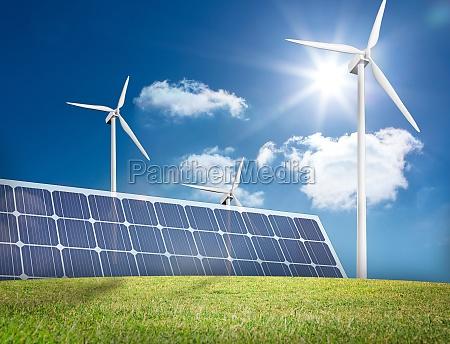 grosses solarpanel und drei windkraftanlagen auf