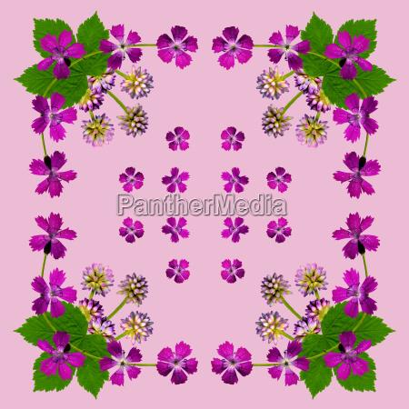 serviette mit lila blumen