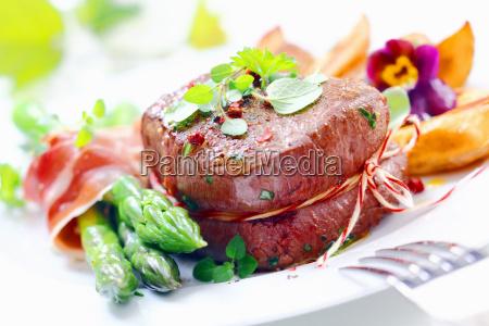 thick saftiges steak mit frischem gruenem