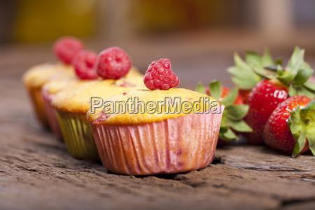 vier erdbeer rhabarber himbeer muffins