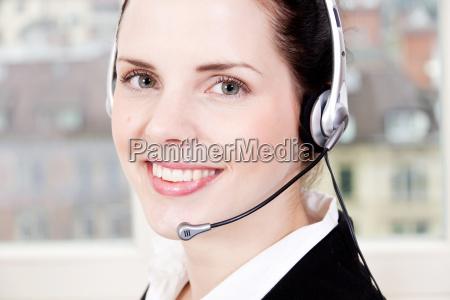 ung brunette kvinde arbejder i et