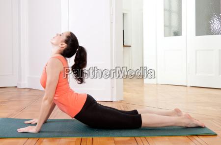 junge attractive frau macht einen workout